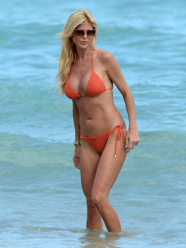 victoria-silvstedt-bikini-orange-beach-kanoni-3