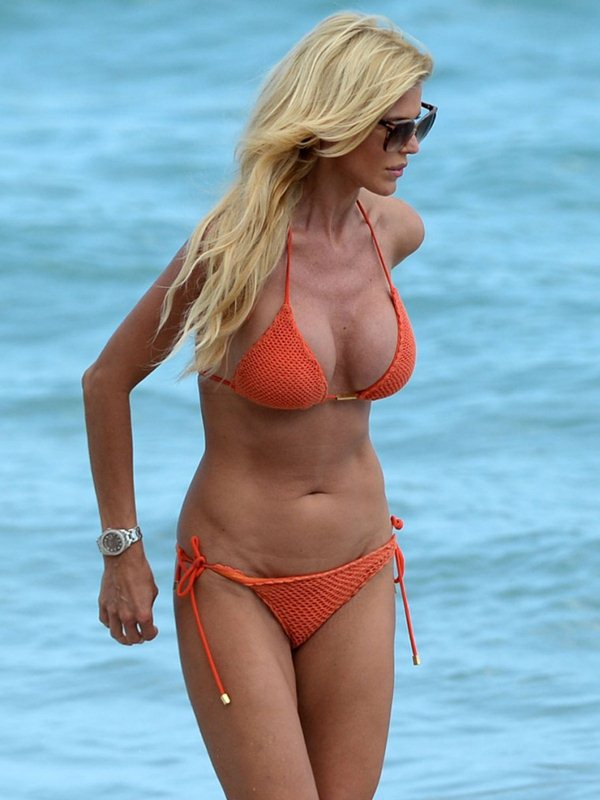 victoria-silvstedt-bikini-orange-beach-kanoni-4