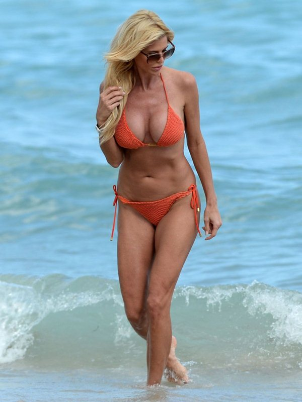 victoria-silvstedt-bikini-orange-beach-kanoni-5