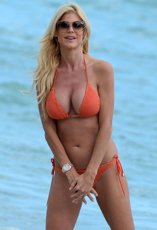 victoria-silvstedt-bikini-orange-beach-kanoni-6