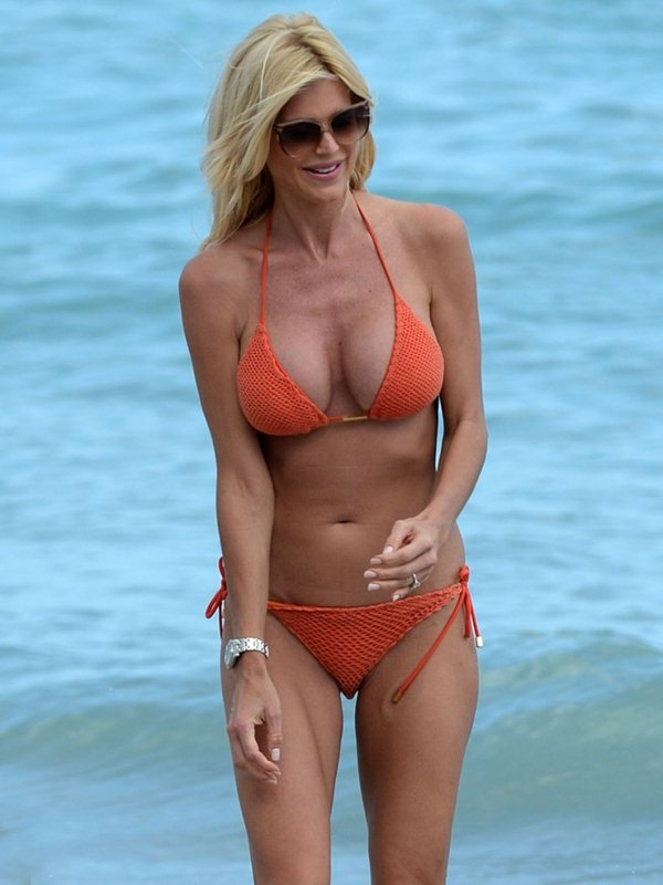 victoria-silvstedt-bikini-orange-beach-kanoni-7
