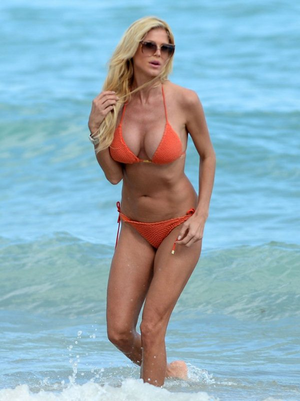 victoria-silvstedt-bikini-orange-beach-kanoni-9