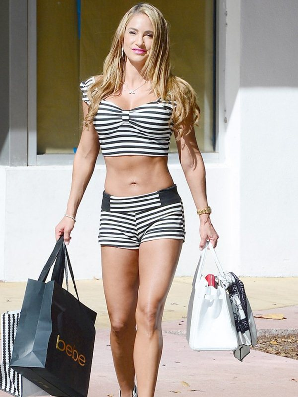 Jennifer-Nicole-Lee-Wears-Hot-Outfit-While-Shopping-In-Miami-Kanoni-2