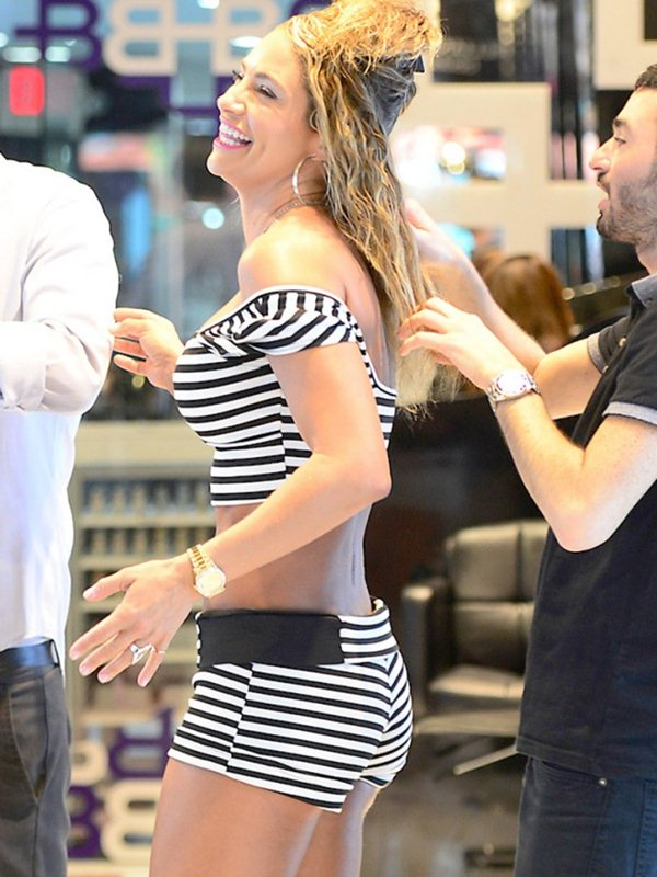 Jennifer-Nicole-Lee-Wears-Hot-Outfit-While-Shopping-In-Miami-Kanoni-4