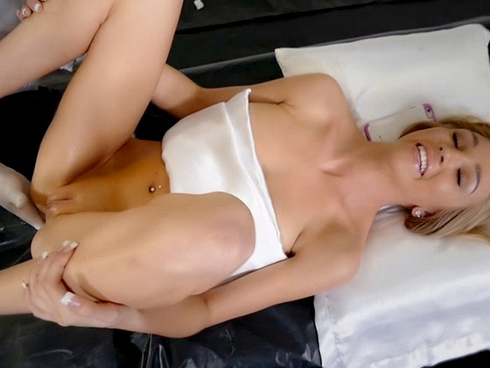 Kendra-Sunderland-Poses-For-The-Molding-Of-Her-Sex-Toys-Kanoni-2