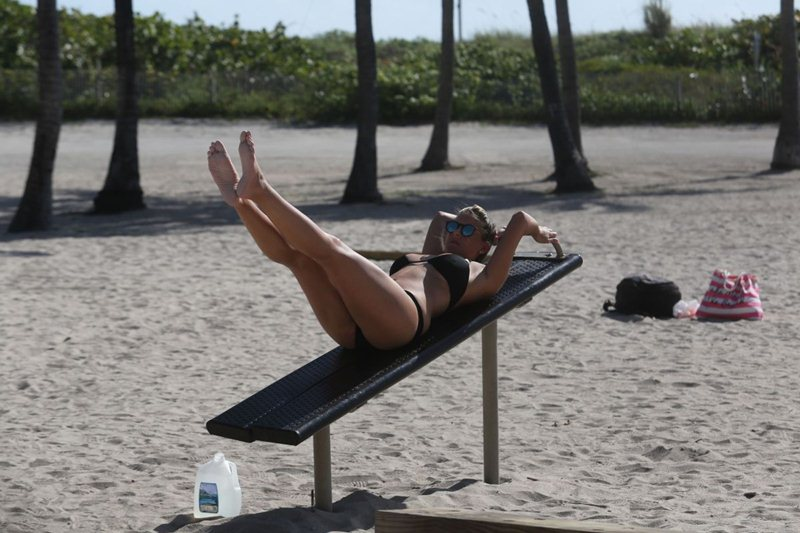 imogen-thomas-streching-in-bikini-on-the-beach-in-miami-kanoni-2