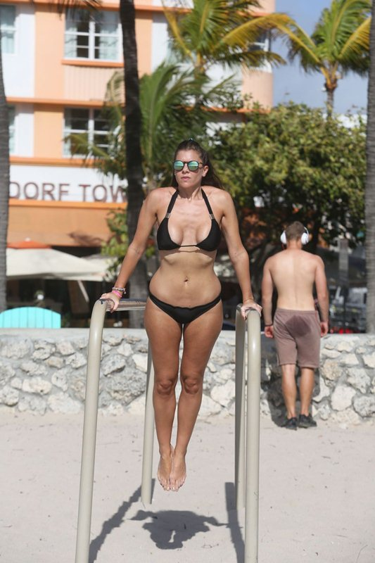 imogen-thomas-streching-in-bikini-on-the-beach-in-miami-kanoni-6