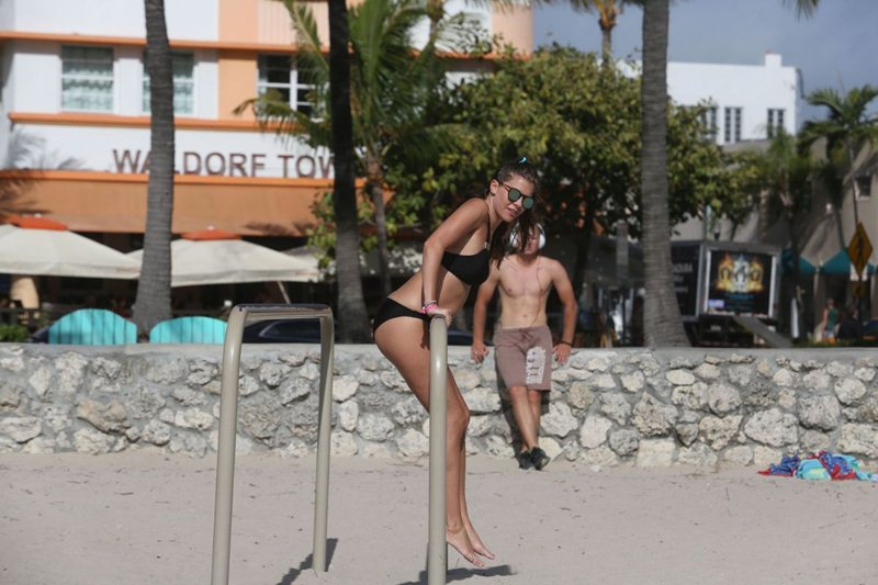 imogen-thomas-streching-in-bikini-on-the-beach-in-miami-kanoni-9