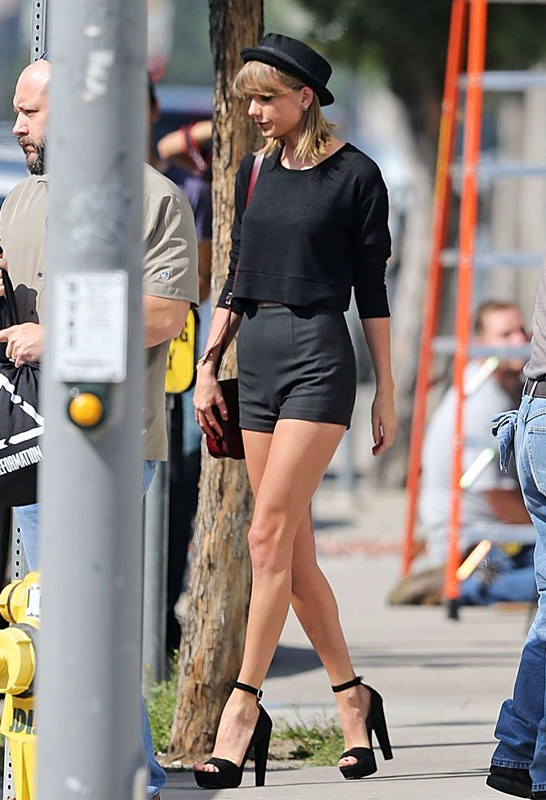 taylor-swift-sexy-legs-in-tight-shorts-out-and-about-in-los-angeles-kanoni-2