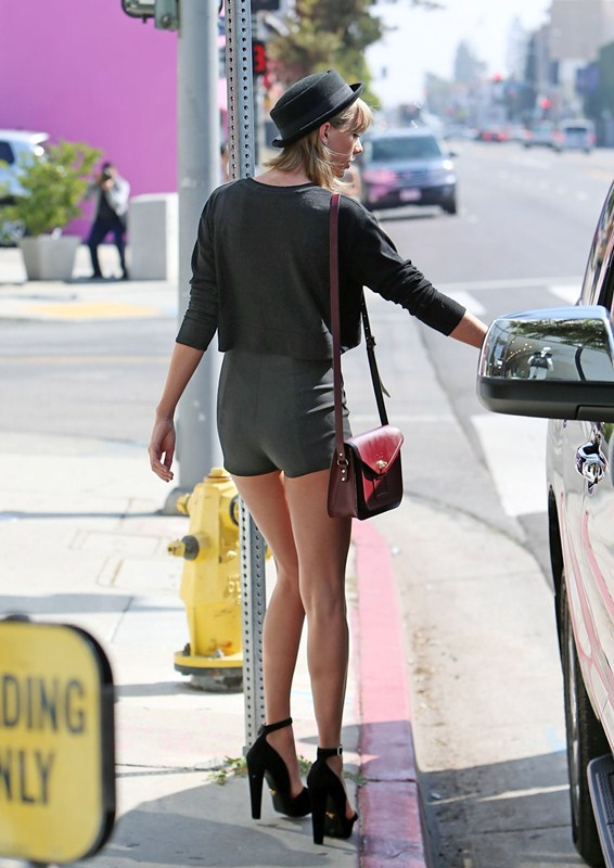 taylor-swift-sexy-legs-in-tight-shorts-out-and-about-in-los-angeles-kanoni-6