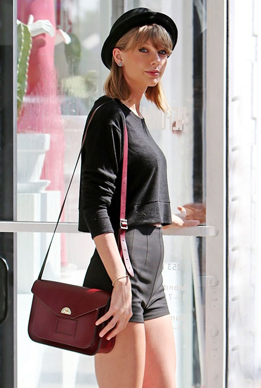 taylor-swift-sexy-legs-in-tight-shorts-out-and-about-in-los-angeles-kanoni-7