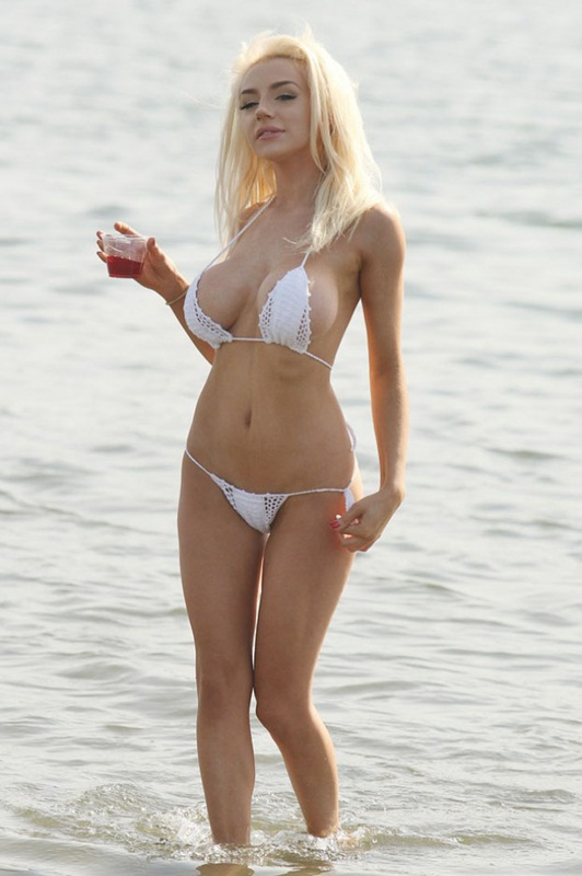 Courtney-Stodden-White-Bikini-Candids-Los-Angeles-Beach-Kanoni-1