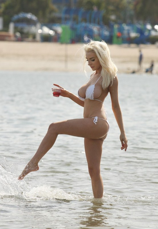 Courtney-Stodden-White-Bikini-Candids-Los-Angeles-Beach-Kanoni-2