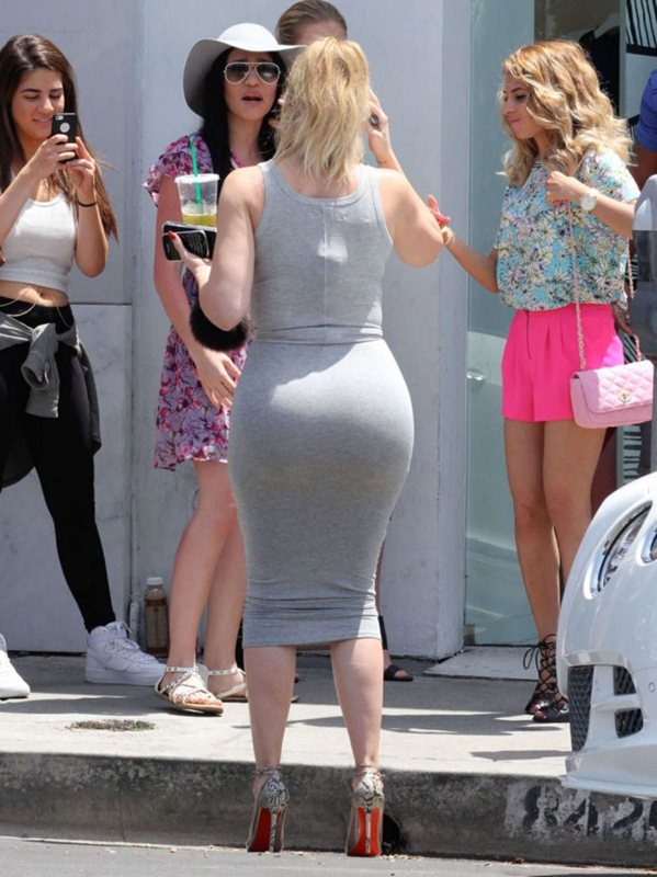 Khloe-Kardashian-Booty-in-Tight-Dress-dash-store-beverly-hills-kanoni-5