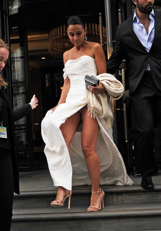 Emmanuelle-Chriqui-Upskirt-at-Entourage-Premiere-in-London-Kanoni-2