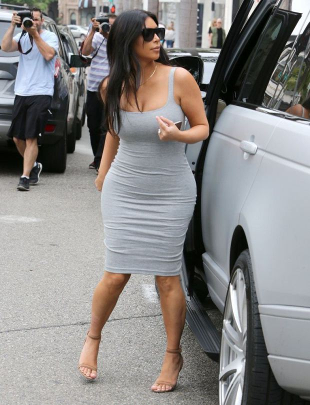 Kim-Kardashian-grey-dress-beverly-hills-kanoni-8