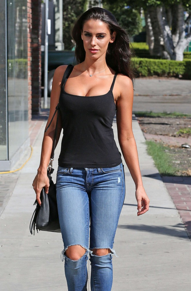 Jessica-Lowndes-in-ripped-jeans-kanoni