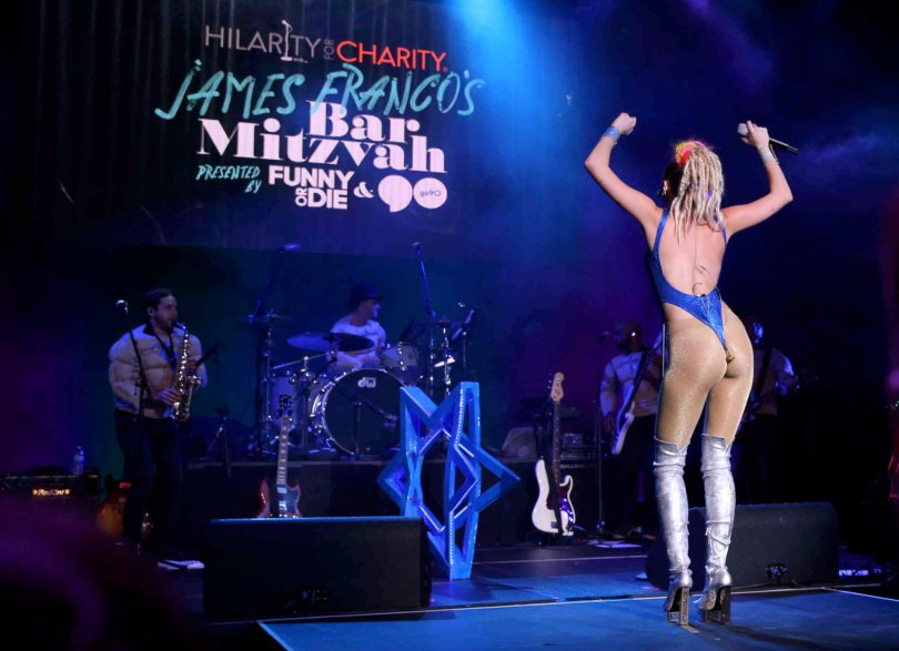 Miley-Cyrus-Hilarity-For-Charity-Event-Hollywood-Kanoni-7