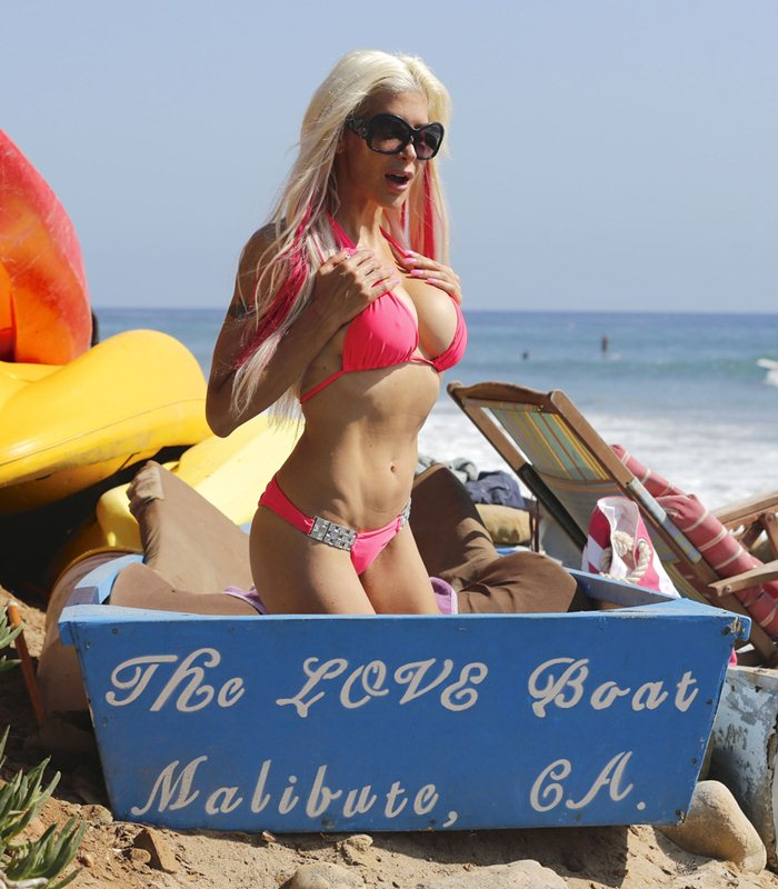angelique-frenchy-morgan-pink-bikini-malibu-beach-surf-kanoni-2