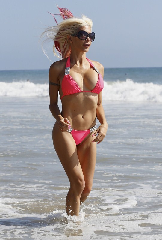 angelique-frenchy-morgan-pink-bikini-malibu-beach-surf-kanoni-5