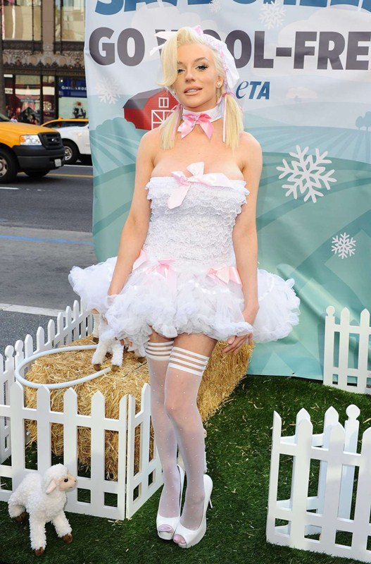 Courtney-Stodden-Peta-Photo-Op-Hollywood-Streets-Kanoni-3