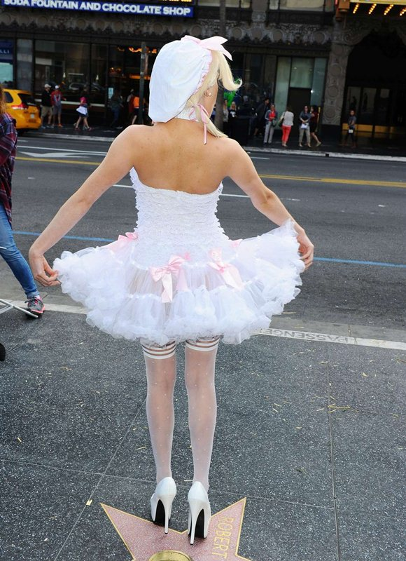 Courtney-Stodden-Peta-Photo-Op-Hollywood-Streets-Kanoni-7