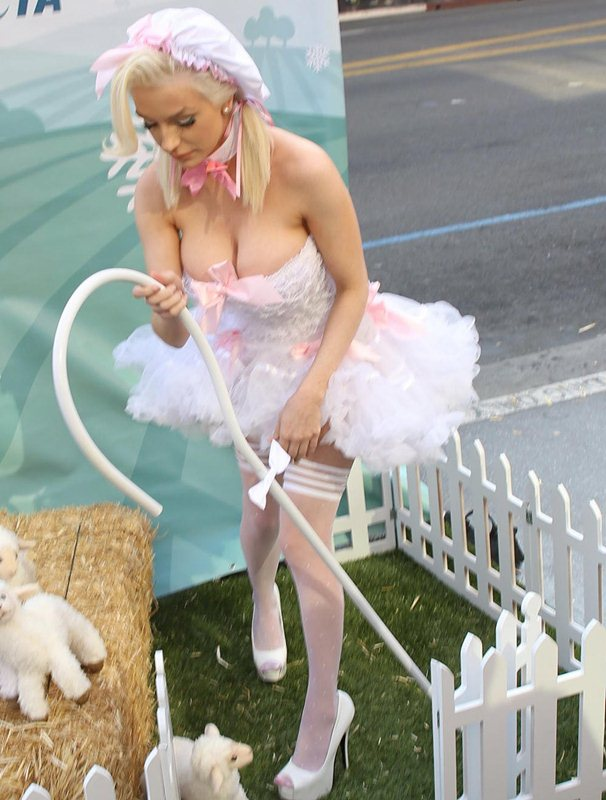 Courtney-Stodden-Peta-Photo-Op-Hollywood-Streets-Kanoni-8