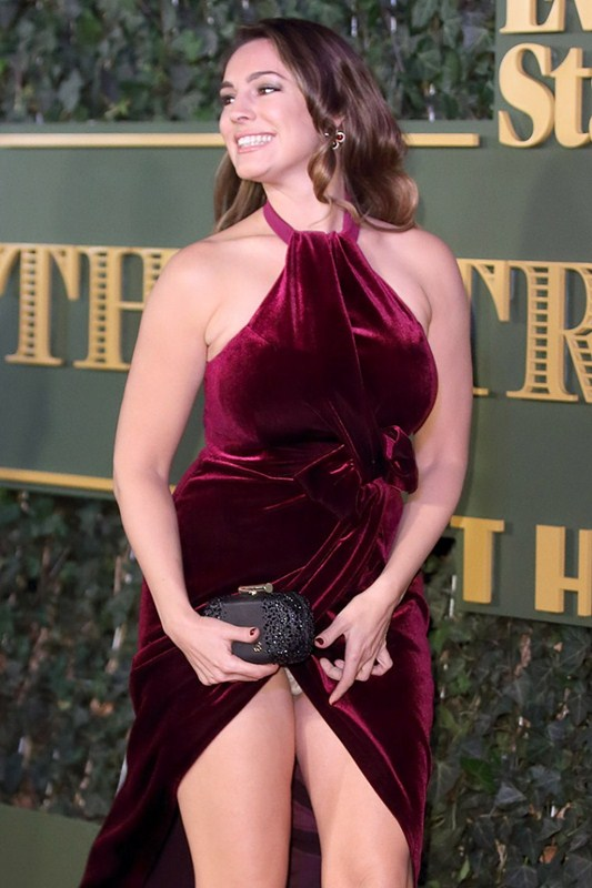 Kelly-Brook-Upskirt-At-Evening-Standard-Theatre-Awards-Kanoni-1