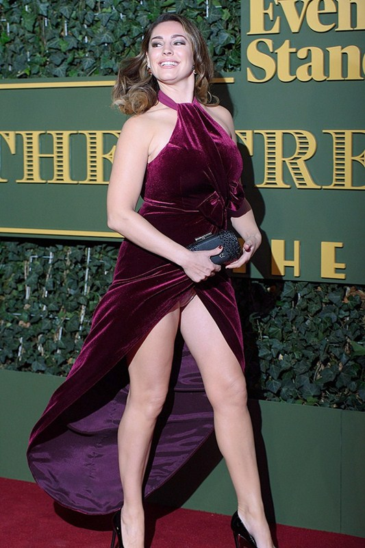 Kelly-Brook-Upskirt-At-Evening-Standard-Theatre-Awards-Kanoni-4