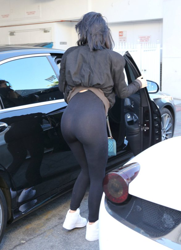 Kylie-Jenner-see-through-yoga-pants-streets-los-angeles-kanoni-2