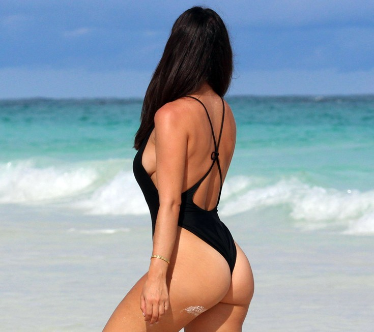 Nicole-Isaacs-travel-blogger-black-swimsuit-bahamas-beach-kanoni-4