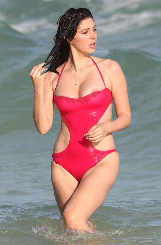 brittny-gastineau-red-swimsuit-nipple-slip-on-the-beach-in-miami-kanoni-5