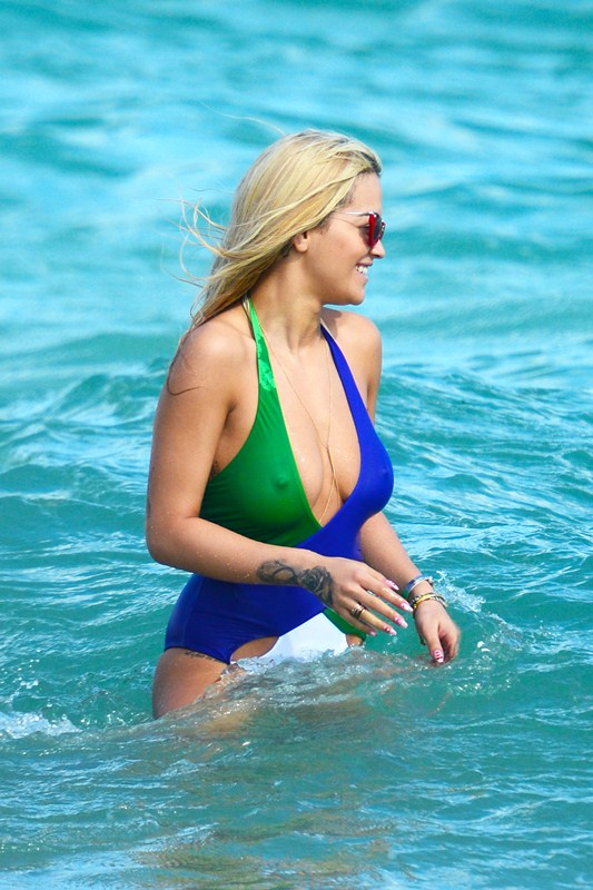 rita-ora-hard-nipples-in-a-swimsuit-miami-beach-kanoni-7