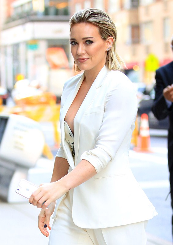 hilary-duff-nipple-slip-while-arriving-at-today-show-ny-kanoni-1