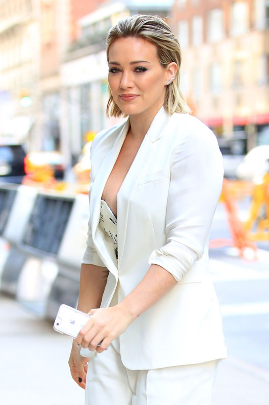 hilary-duff-nipple-slip-while-arriving-at-today-show-ny-kanoni-2
