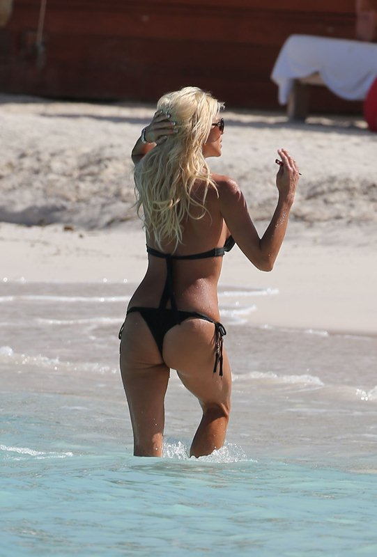 victoria-silvstedt-black-bikini-on-the-beach-in-st-barts-kanoni-2