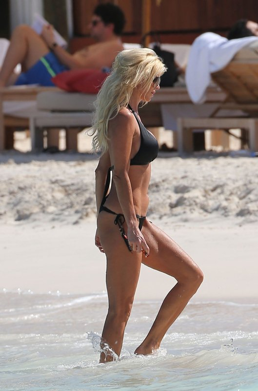 victoria-silvstedt-black-bikini-on-the-beach-in-st-barts-kanoni-5