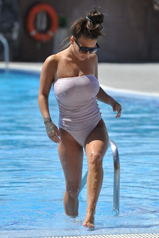 Chantelle-Connelly-See-Through-wet-swimsuit-pool-kanoni-1