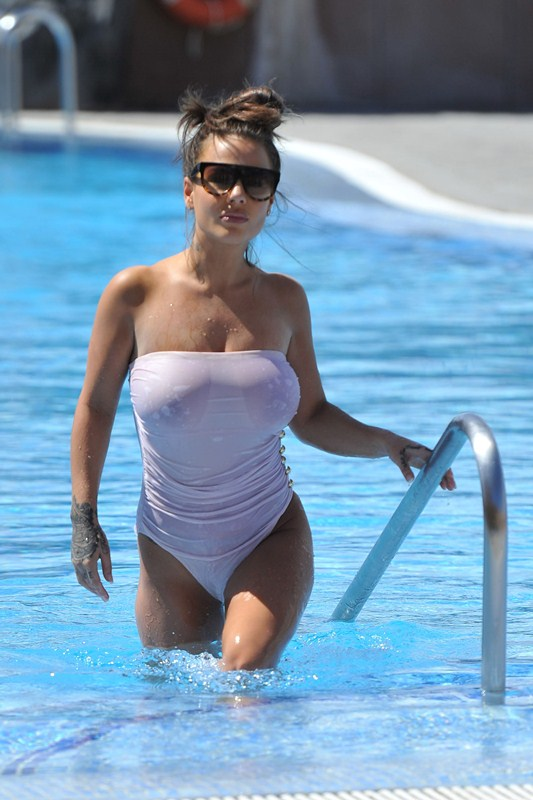 Chantelle-Connelly-See-Through-wet-swimsuit-pool-kanoni-12