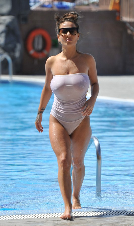 Chantelle-Connelly-See-Through-wet-swimsuit-pool-kanoni-8