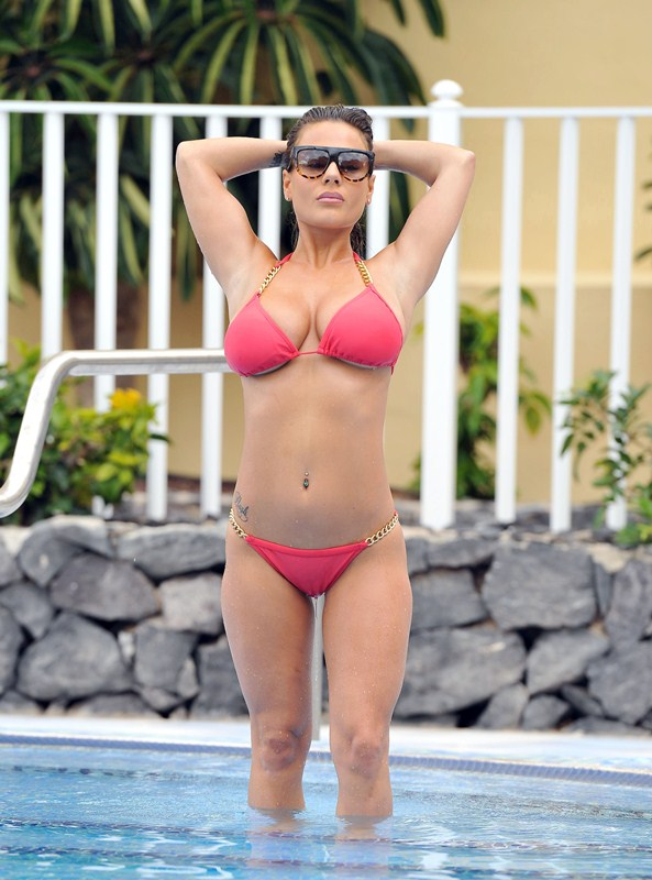 Chantelle-Connelly-Sexy-Topless-Pool-Tenerife-Kanoni-11
