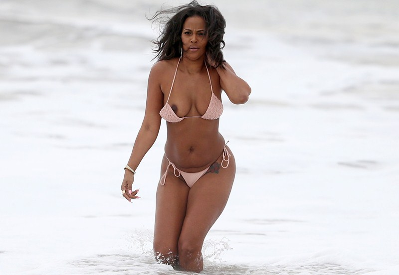 """EXCLUSIVE: """"Basketball Wives: LA"""" star Sundy Carter has a wardrobe malfunction while showing off her bikini body on the beach in Malibu, CA"""