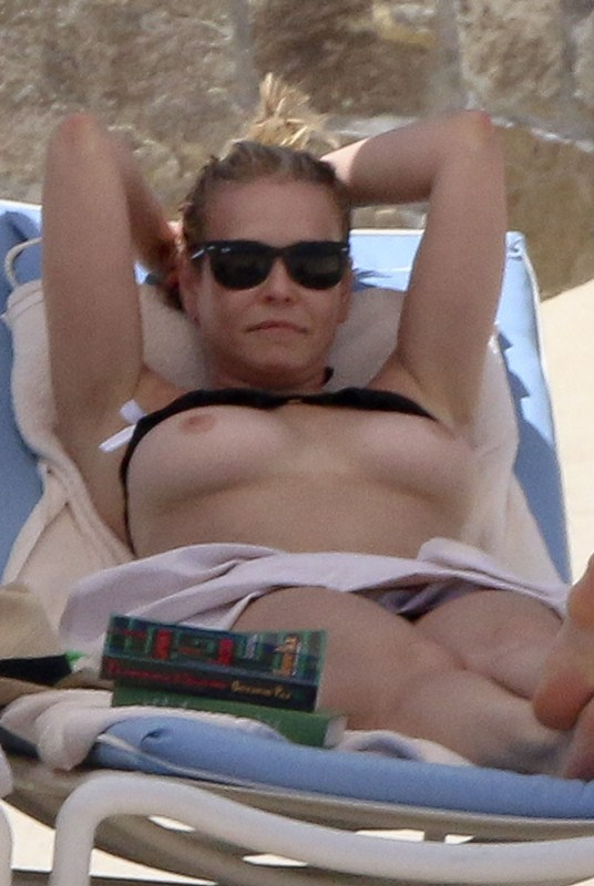 chelsea-handler-topless-on-the-beach-in-mexico-kanoni-1