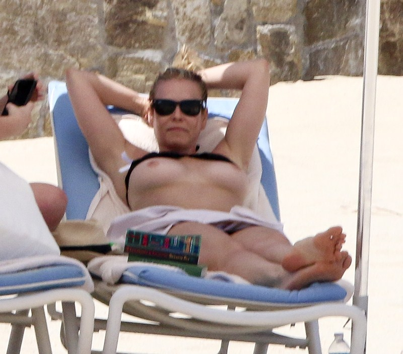 chelsea-handler-topless-on-the-beach-in-mexico-kanoni-2