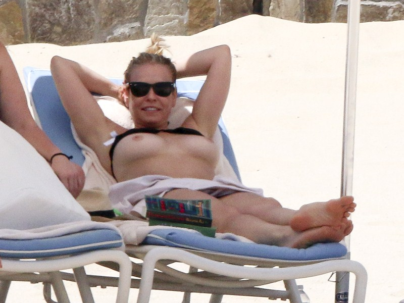 chelsea-handler-topless-on-the-beach-in-mexico-kanoni-3