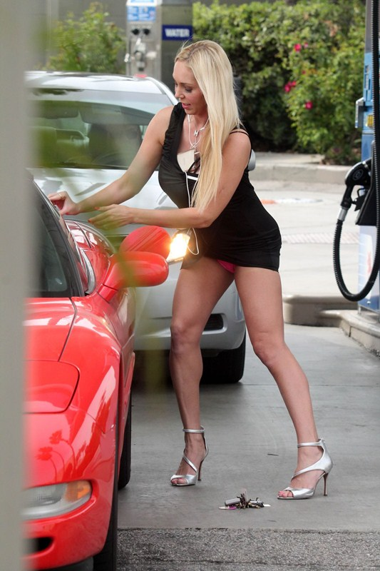 mary-carey-upskirt-at-a-gas-station-in-studio-city-kanoni-4