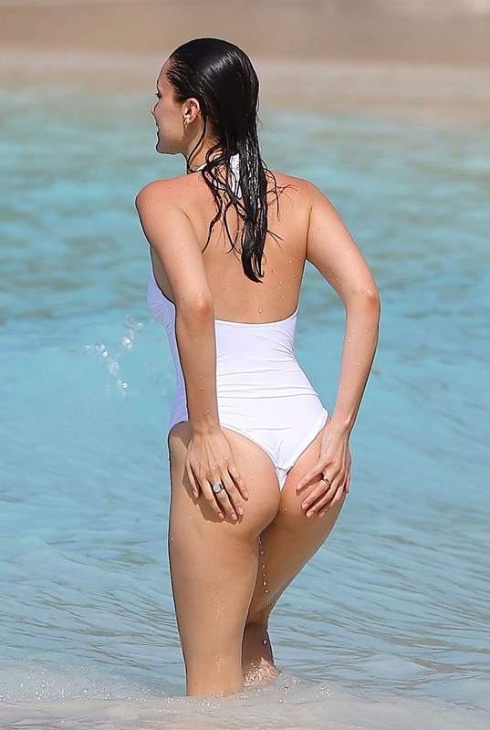 Bella-Hadid-in-White-Swimsuit-St-Barts-Kanoni-9