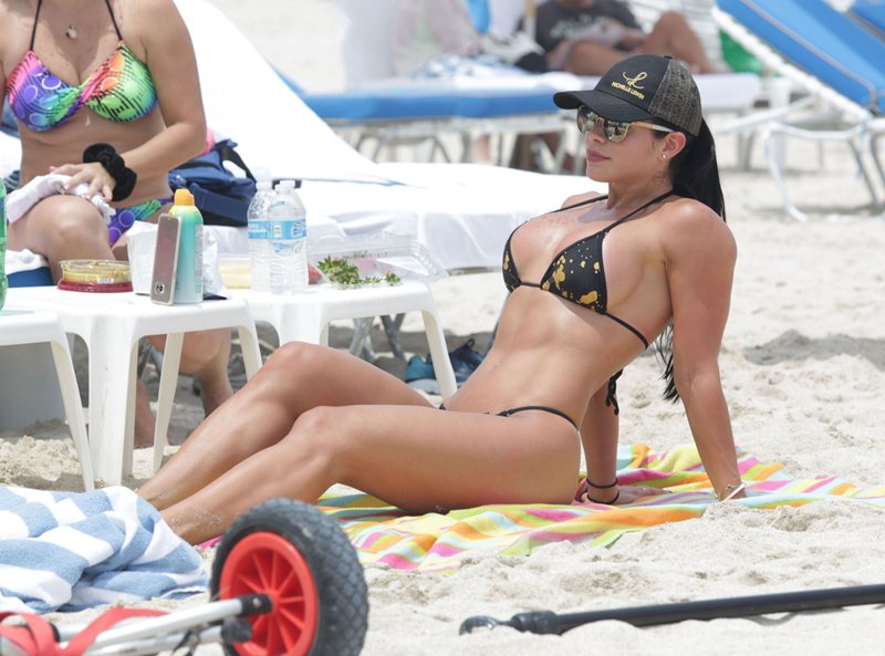 Michelle-Lewin-Sexy-Thong-Bikini-Enjoy-Day-Miami-Beach-Kanoni-3