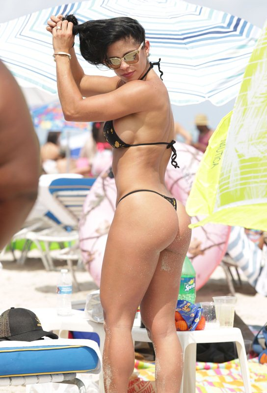 Michelle-Lewin-Sexy-Thong-Bikini-Enjoy-Day-Miami-Beach-Kanoni-4