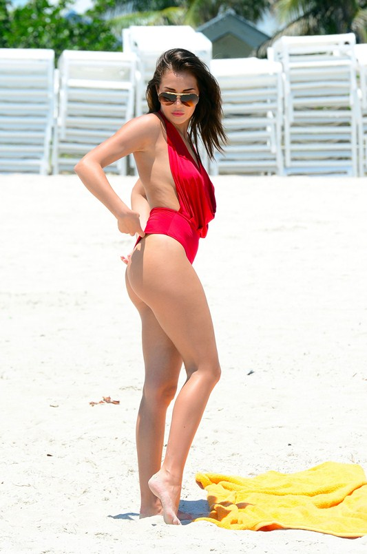 Chloe-Goodman-Sexy-red-swimsuit-miami-beach-kanoni-6